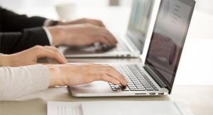 mão em teclado de notebook prata
