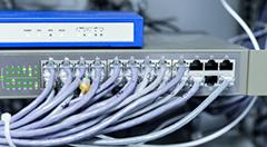 switch de rede com cabos ligados