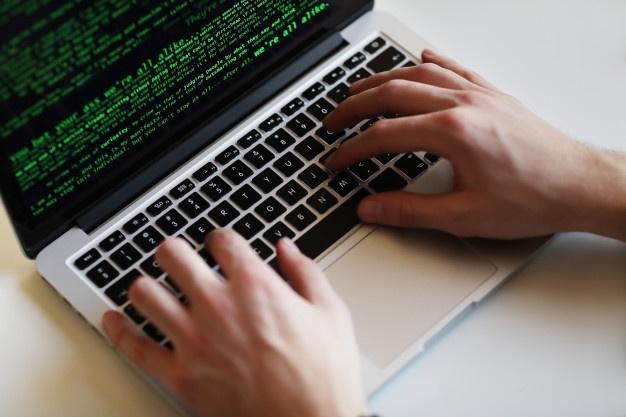homem-hacker-no-laptop